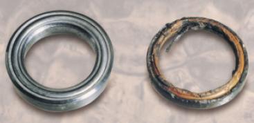 Zerstörte Kolbenstangendichtung durch chemische Reaktion